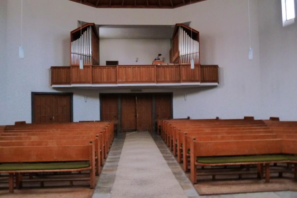 Innenraum mit Blicke auf Eingang und Orgelempore