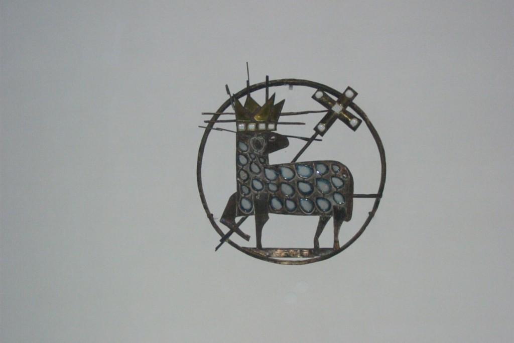 Medaillon mit Lamm an der Altarwand